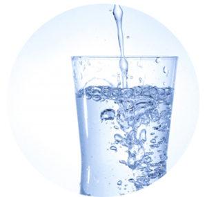 グラスに水を注ぐ画像
