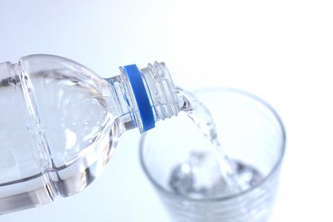 トリプル還元スティックの水で水分補給